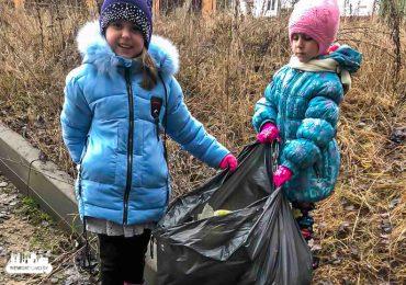 Это нормальное желание – жить в чистоте. Семья из Гродно убирает лес от мусора во время прогулок